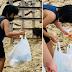 Japanese boy na nakitang namumulot ng basurang iniwan ng mga turista, hinangaan ng mga netizens