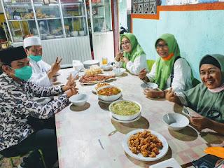 Pasangan Calon Walikota Mataram dan Wakil Walikota Mataram, Hj Putu Selly Andayani dan TGH . Abdul Manan sedang ngobrol ringan dengan Pemilik Warung Khas Masakan Sumbawa, Yunita sembari menikmati makan singang dan sepat.