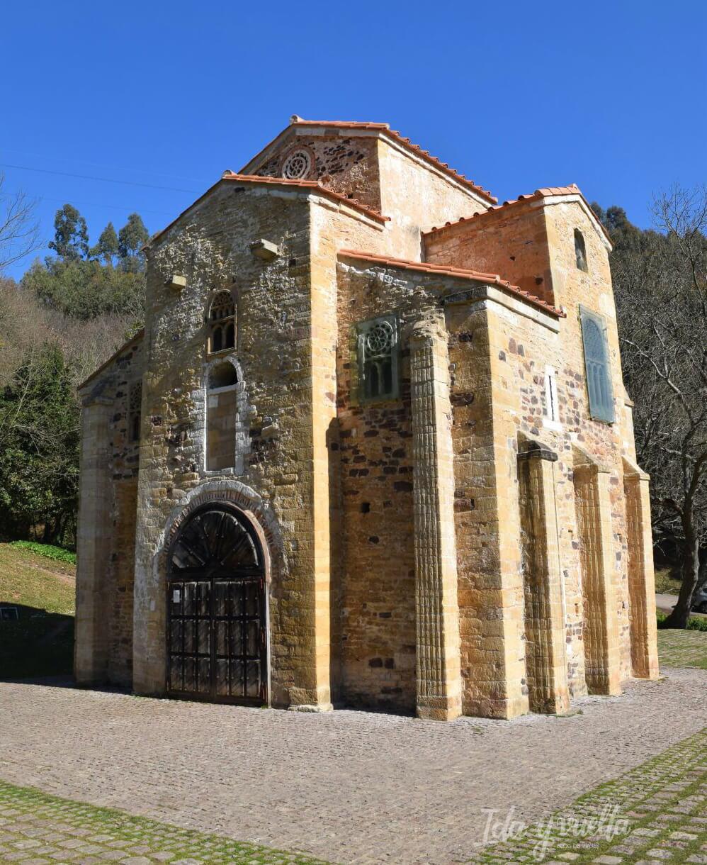 Exterior de San Miguel de Lillo