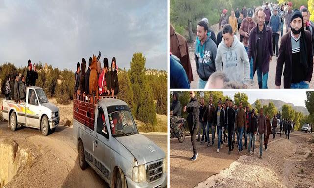 القصرين مجموعة من الشباب يتجهون نحو غلق الفانة بحقل الدولاب