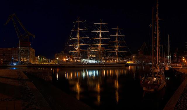 صور البحر والقوارب ليلا