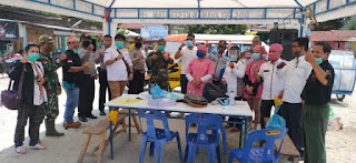 Salurkan Masker KSM, IWO Samosir Juga Bagi Ratusan Hand Sanitizer