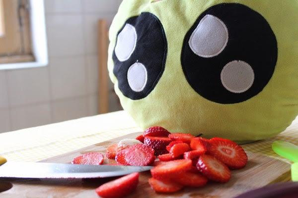 Cortando las fresas para el pastel