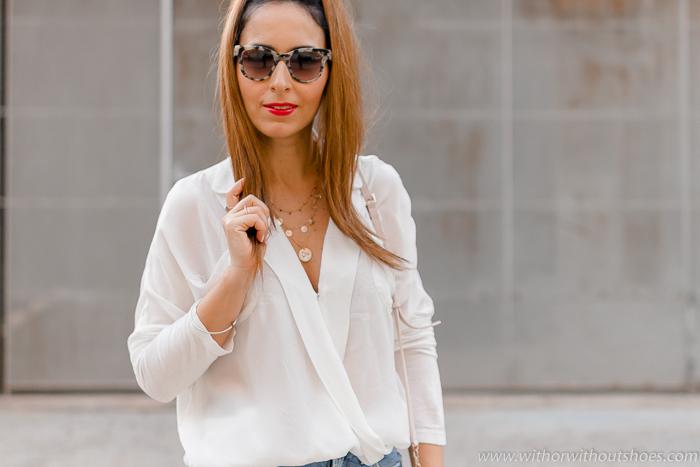 tendencias streetstyle Influencer blogger valencia con look comodo estiloso con camisa blanca jeans y botines rosas