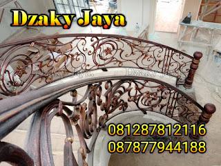 Contoh Model Railing Tangga Besi Tempa bergaya Klasik di Manado.