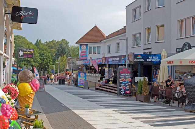 główna ulica w Trzęsaczu, polskie morze w sezonie
