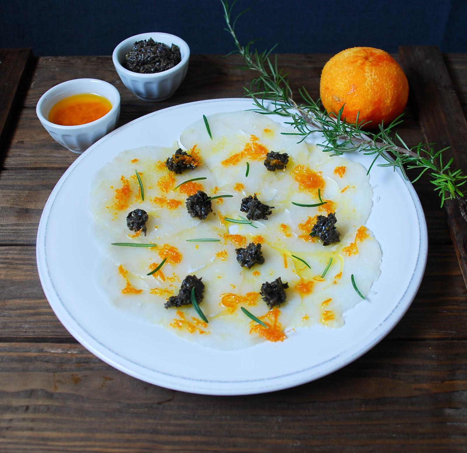 Carpaccio de bacalao con aceite de mandarina y tapenade