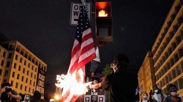 Manifestantes queman bandera de EEUU cerca de Casa Blanca