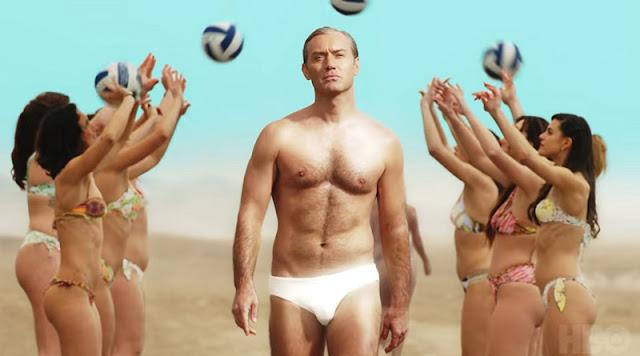 Jude Law paseando palmito en 'The New Pope'