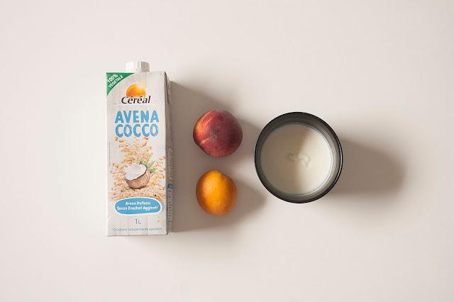 Smoothie con bevanda avena cocco, yogurt, pesca e albicocca