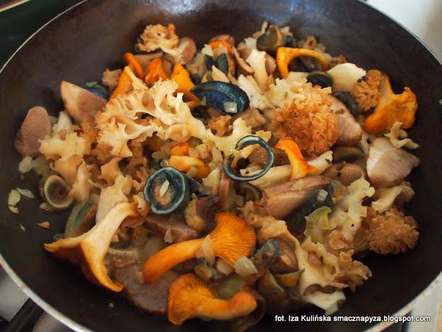 kotlety siekane z kurczaka, sos grzybowy, sos ze świeżych grzybów, kotleciki drobiowe, kotlety drobiowo warzywne, kurczak, grzyby leśne