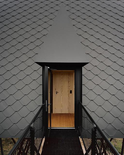 pasarela de entrada a la cabaña parte lateral del techo