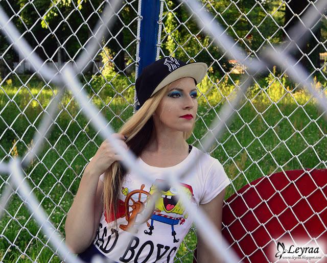Koszulka Spongebob, granatowa mini spódnica, vansy old skool lite, czary full cap