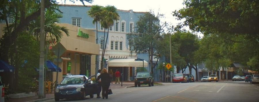 Paseando por Coconut Grove. En el centro el Playhouse.