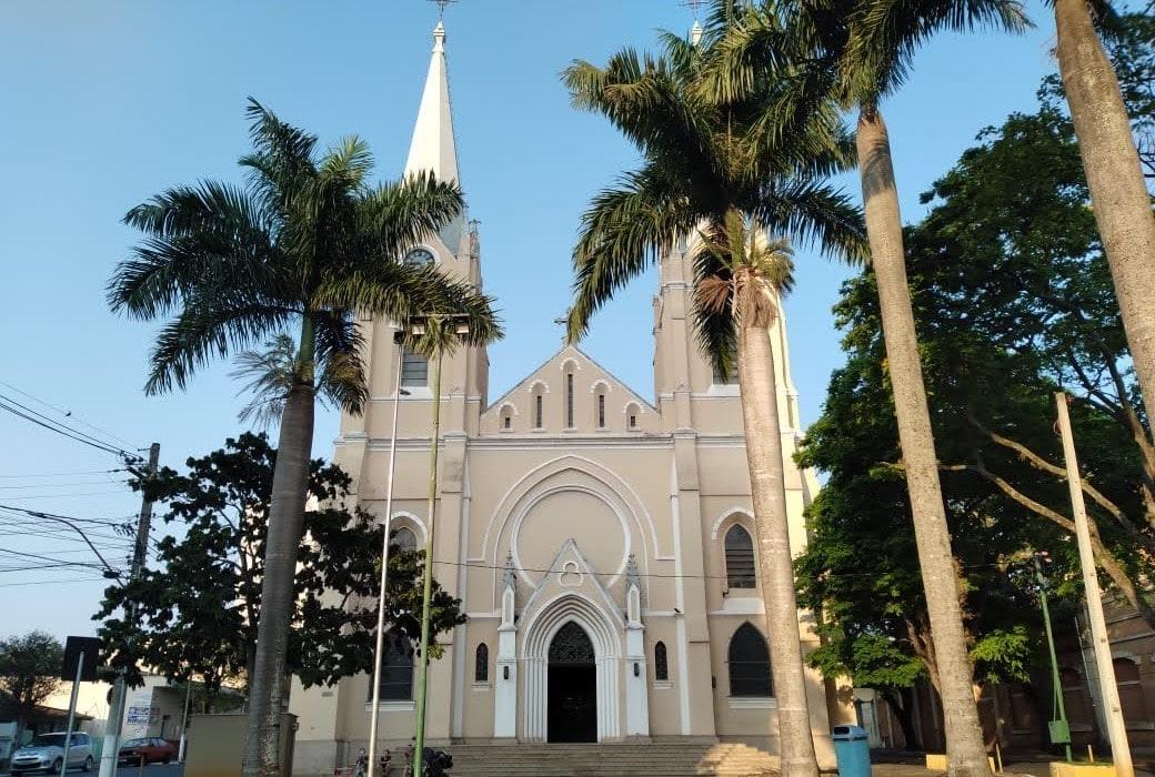 igreja rosa claro com arquitetura gotica
