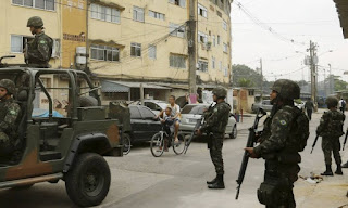 Após ataque a militar, Exército faz operação em favela do RJ