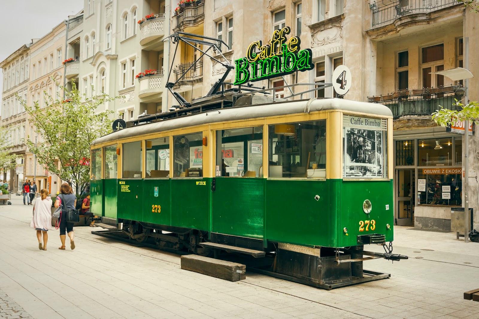 Zabytkowy tramwaj Konstal N w barwach poznańskiego MPK tzn. zielono żółty.  Tramwaj ten przerobiony jest na kawiarnię ze stolikami wewnątrz.
