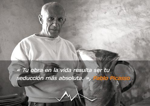 Fotografía de Pablo Picasso con una de sus obras; en la imagen se ve un jarrón pintado por él