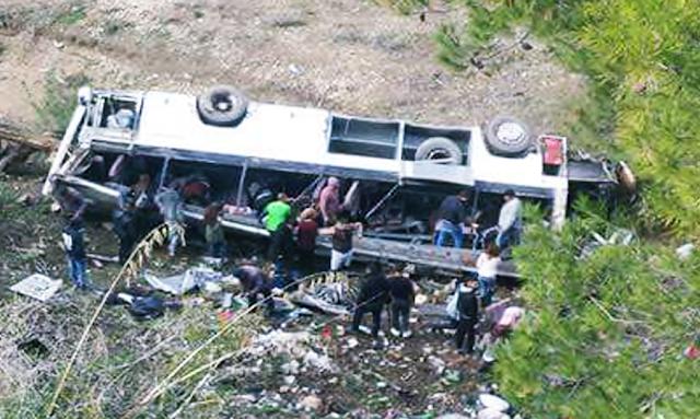 سقوط عديد الضحايا في حادث انقلاب حافلة سياحية بين عمدون و عين دراهم