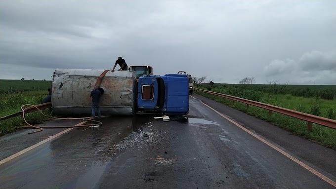 Caminhão tomba em rodovia de MS após motorista perder controle; pista ficou interditada