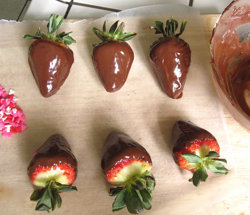 Diy Edible Chocolate Box Filled With Chocolate Dipped Strawberries The Lindsay Ann