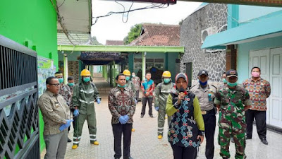 Cegah COVID-19, Wagub Chusnunia Awali Penyemprotan Disinfektan SMA/SMK se-Lampung