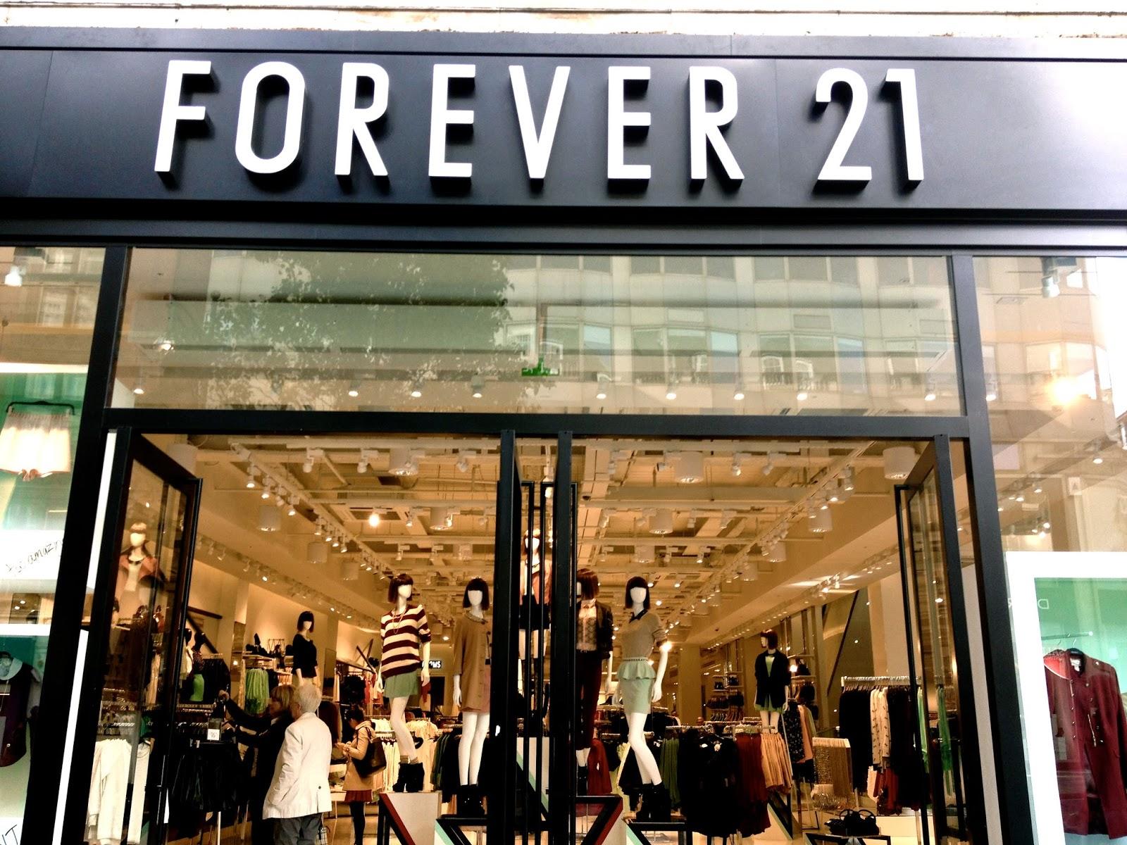 9caae2499ff Wereldwijd heeft Forever 21 al meer dan 500 winkels. F21 is in Amerika al  erg succesvol en hoopt ook de Europeanen te overtuigen van haar  schitterende ...