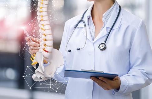 Penyakit Osteomielitis Pada Tulang Manusia Pengertian Osteomielitis Osteomielitis adalah infeksi bakteri pada tulang, sumsum tulang, dan jaringan lunak di sekitar tulang. Bakteri masuk ke tulang melalui aliran darah setelah patah tulang, atau rusaknya kulit, infeksi telinga bagian tengah, pneumonia, atau infeksi lainnya. Osteomielitis terjadi dengan cepat dan sangat terasa sakit, atau dapat terjadi secara perlahan dan menyebabkan sedikit rasa sakit.  Tanda dan Gejala Osteomielitis Tanda dan gejala dari osteomielitis yang diantaranya adalah sebagai berikut ini : Demam tinggi Nyeri pada tulang Daerah sekitar tulang dan sendi mengalami bengkak, merah dan menggigil Merasa tidak nyaman dan khawatir Mual Berkeringat Panas dingin Osteomielitis juga dapat menyebabkan gejala lain seperti kekakuan sendi yang permanen atau abses yang berkepanjangan meskipun tulang telah sembuh.  Penyebab Osteomielitis Osteomielitis sering disebabkan oleh bakteri, tapi kadang-kadang juga disebabkan jamur atau jenis bakteri lain. Infeksi bakteri dapat disebabkan oleh : Bakteri atau virus yang menyebar melalui dari kulit, otot, atau ligamen yang terinfeksi yang letaknya berdekatan dengan tulang. Kondisi ini dapat terjadi jika memiliki dermatitis. Infeksi dari bagian tubuh lain dan menyebar melalui aliran darah. Infeksi dapat terjadi setelah operasi tulang. Kondisi ini mungkin terjadi jika operasi dilakukan setelah cedera terjadi. Kasus lainnya adalah bila potongan logam dipasang ke dalam tulang. Untuk anak-anak, tulang panjang pada lengan atau kaki mereka dapat dengan mudah mengalami osteomielitis. Untuk orang dewasa, tulang metatarsal, tulang belakang, dan pinggul (pelvis) dapat dengan mudah mengalami osteomielitis.  Faktor Risiko Osteomielitis Faktor risiko dari osteomielitis adalah sebagai berikut ini : Mengalami cedera atau baru saja menjalani operasi pada tulang Gangguan sirkulasi darah Masalah pada kateter atau pembuluh darah Diabetes Menggunakan ginjal buatan Injeksi obat   Nah itu dia bah