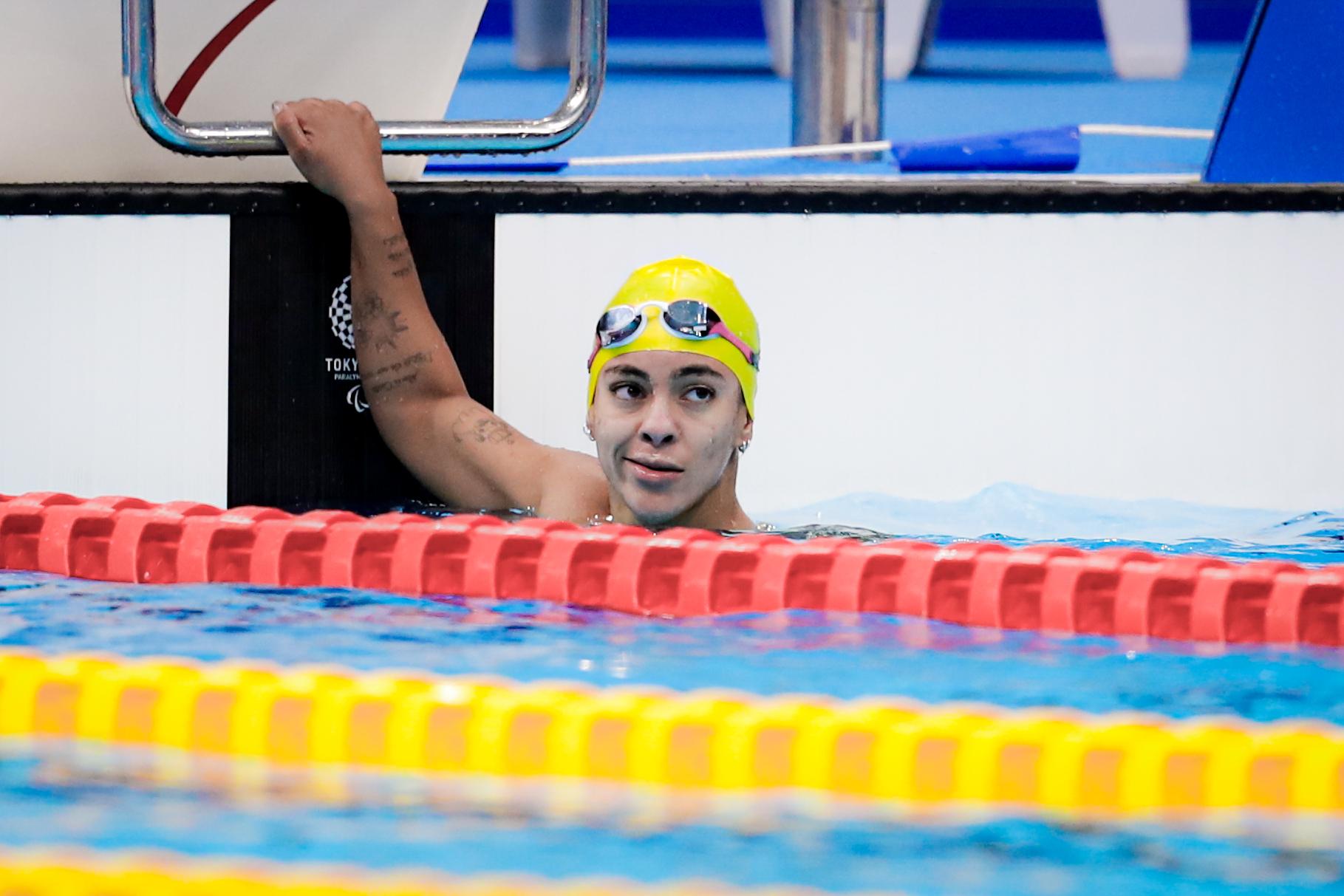 Laila Suzigan de touca na piscina