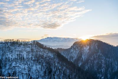 Widok na Tatry z Sokolicy tuż przed zachodem słońca