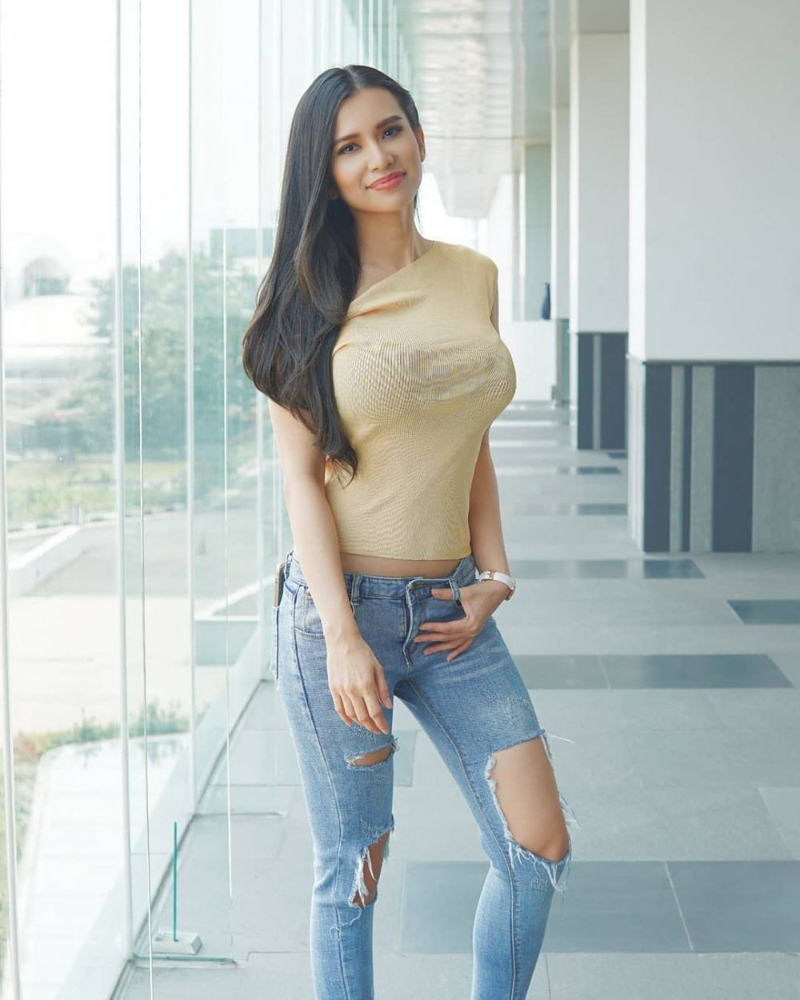 Maria Vania Sexy Leg in Ripped Jeans