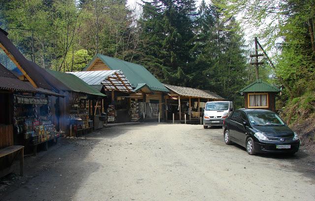 Кафешки и рынок возле водопада