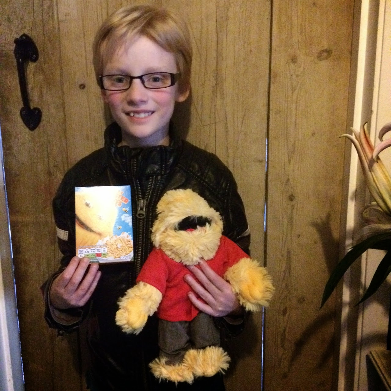 Child with Honey Monster puffs minibox and cuddly Honey Monster