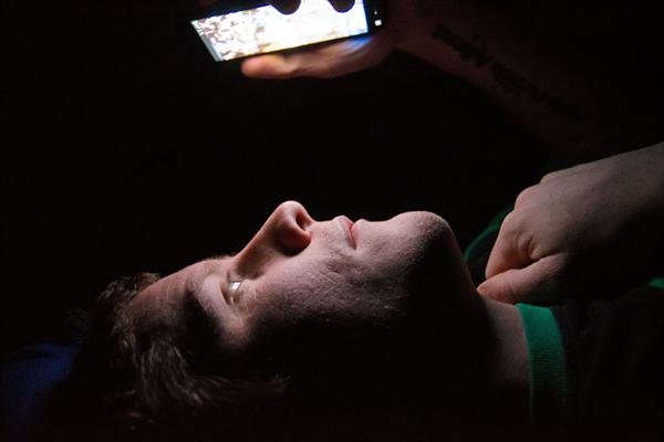 أنت من مستعملي الهواتف الذكية في الليل ؟؟ هذا التطبيق ضروري جدا أن يكون بهاتفك الذكي | مهم جدا !