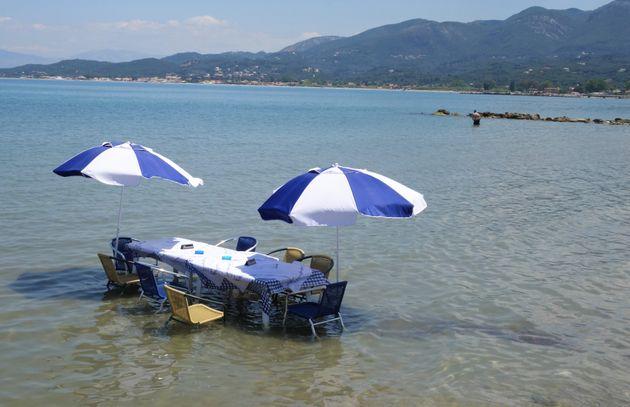 Ταβέρνα στην Κέρκυρα έβαλε τραπέζι μέσα στη θάλασσα για να δροσίζονται οι πελάτες