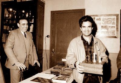 Joaquín Hernández Soler recogiendo el premio a la mejor partida del XVII Obert Sant Andreu 1988
