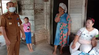 Bupati Zahir Tinjau Langsung Masyarakat Calon Penerima Bantuan Dampak Covid 19 Di Batu Bara
