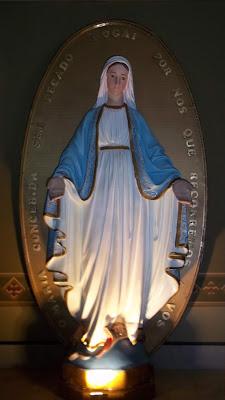 Imagem de Nossa Senhora das Graças (da Medalha Milagrosa) na Igreja de São Vicente de Paulo, em Curitiba, Paraná, Brasil. Foto: Ronald Stresser