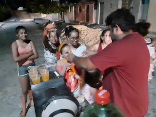 Vendedor de cachorro quente distribuiu lanches com crianças carentes, em Cubati