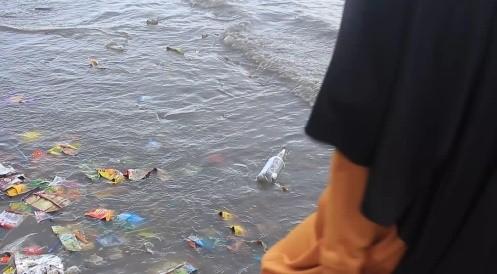 Luntang-Lantung Sampah Plastik Tak Berujung