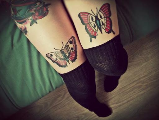 Tatuagem de borboleta em ambos coxa