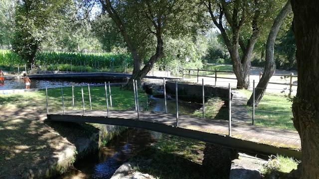 Ponte Pedonal sobre o Rio Pele na Praia Fluvial de Airão Santa Maria
