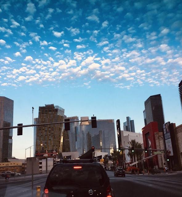 Sonnenaufgang in Las Vegas aus dem Auto heraus aufgenommen