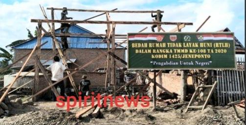 Antusias Warga Bantu Pengerjaan Pembangunan Bedah Rumah RTLH Bersama Satgas TMMD ke 108