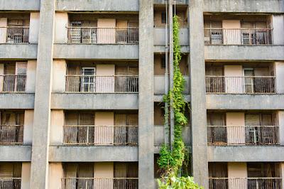 東京のスラム街、足立区のくたびれた集合住宅イメージ