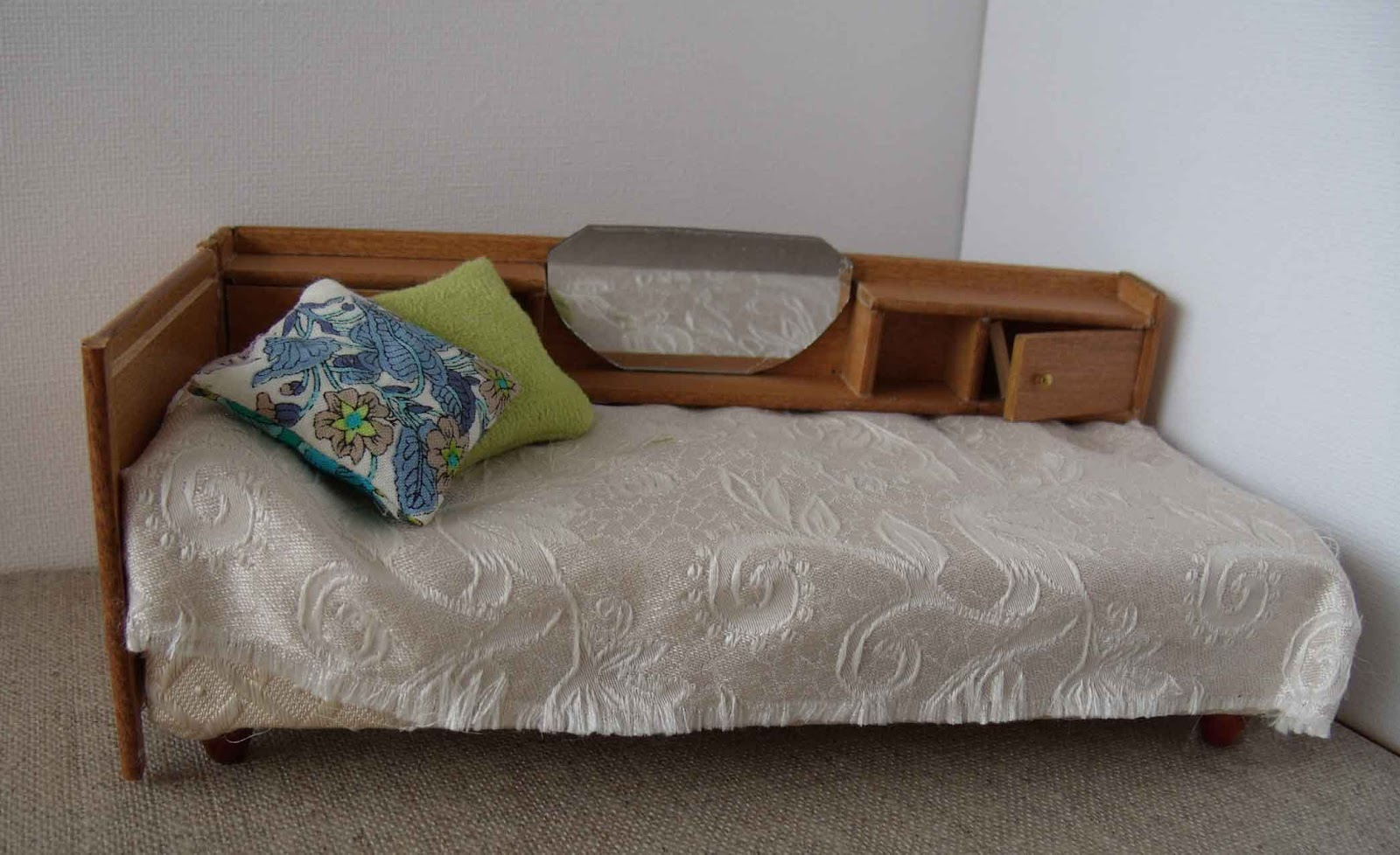 minimanie le mobilier d 39 emilie. Black Bedroom Furniture Sets. Home Design Ideas
