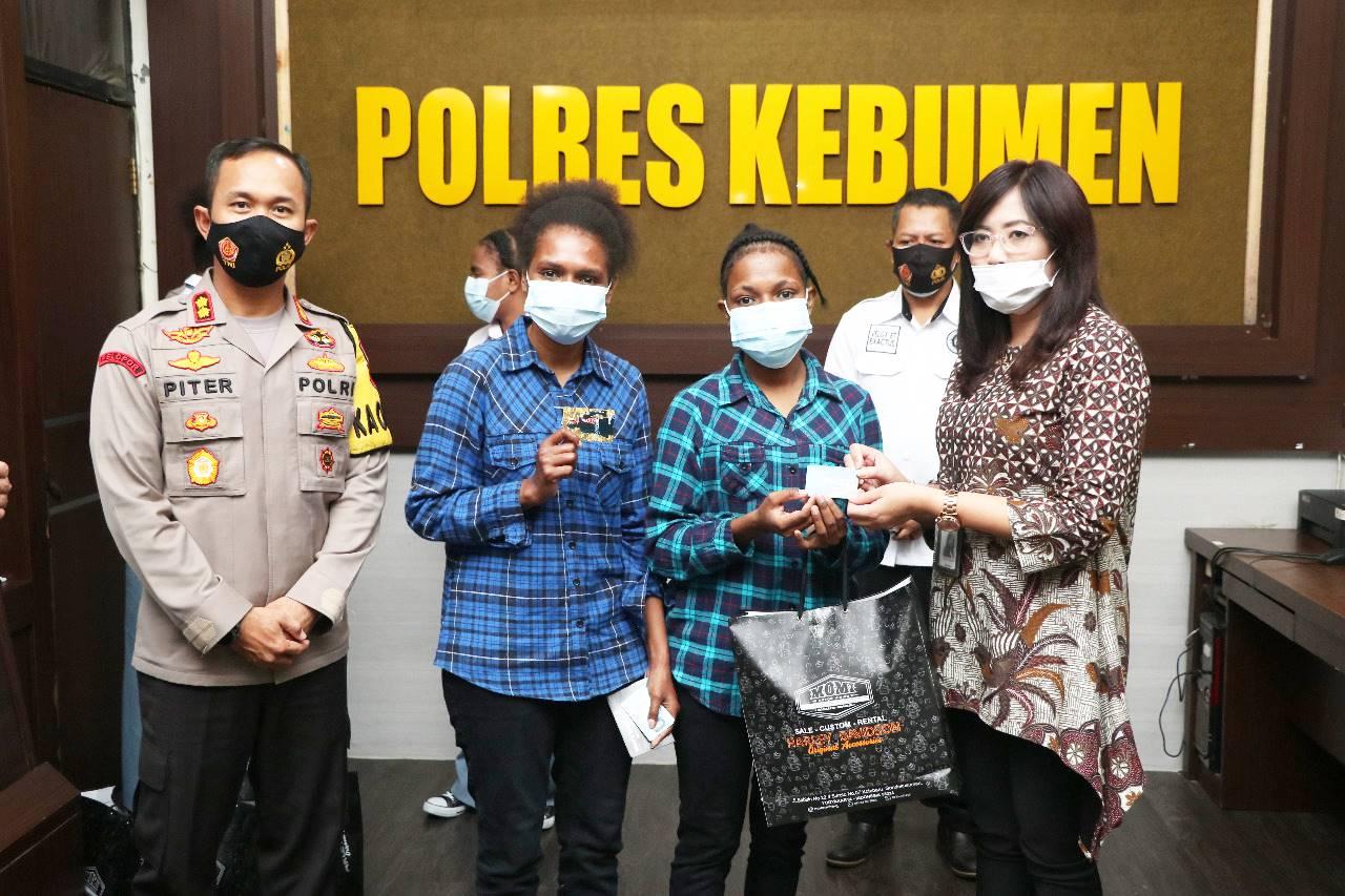 Sekolah di Kebumen, Lima Pelajar Asal Papua Terima SIM dari Kapolres