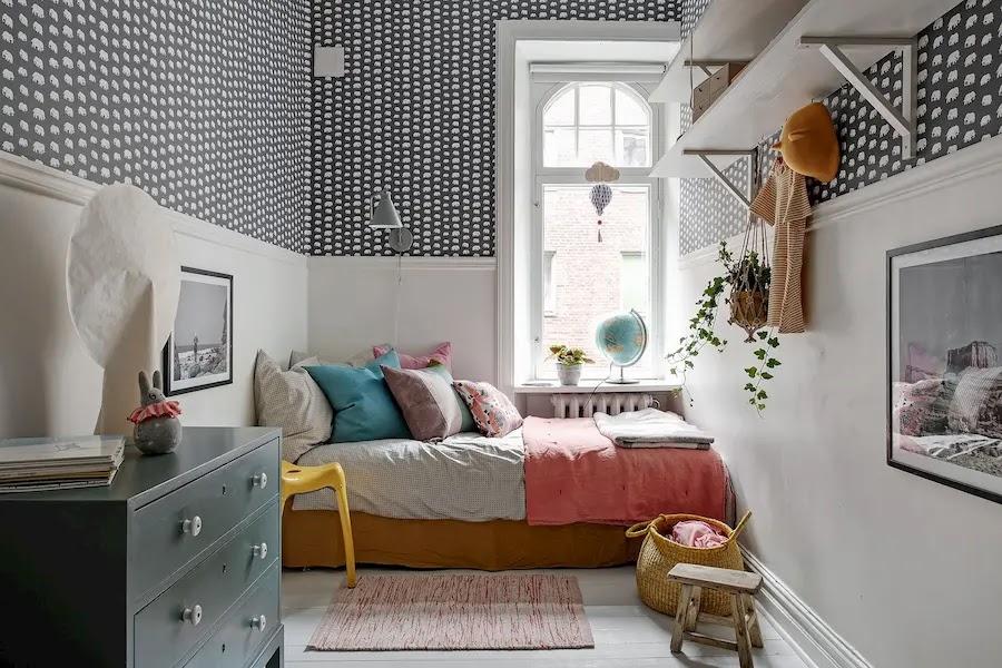 Dormitorio infantil con muebles viejos pintados, papel pintado y friso decorativo