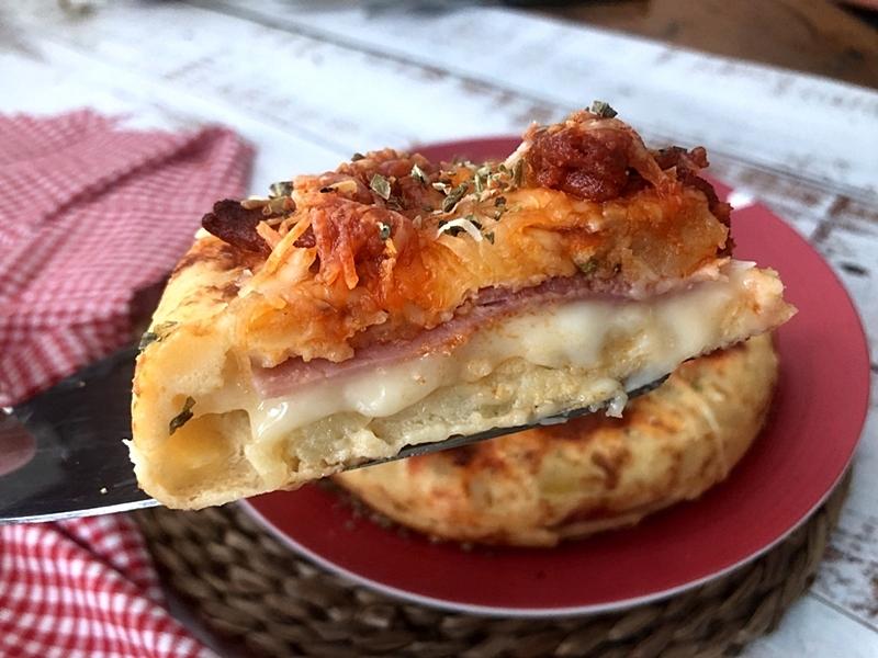 Tortilla rellena de jamón y queso con sobrasada