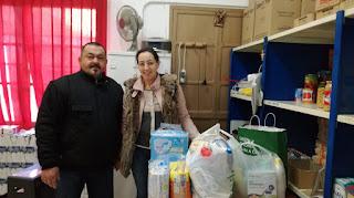 Entrega de productos de bebé en la sede de Caritas por nuestra Hna. Mayor